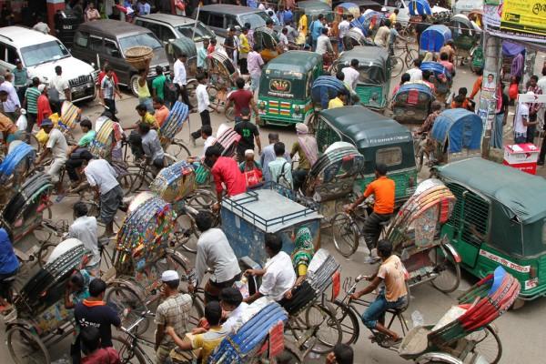 O trânsito em Dhaka, Bangladesh, deixa SP mais aconchegante