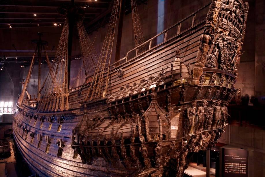 Em 10 de Agosto de 1628 o poderoso navio de guerra Vasa saiu glorioso para sua viagem inaugural. Ela duraria pouco mais de um quilômetro, emborcando de um lado e afundando, uma verdadeira comoção nacional. Na década de 1950, exatos 333 anos após o naufrágio, ele seria resgatado do lodo do fundo da baía em incrível estado de preservação e hoje encontra-se em um museu especialmente construído para ele