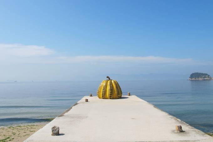 obra-de-arte-abobora-amarela-da-ilha-naoshima-no-japao.jpeg