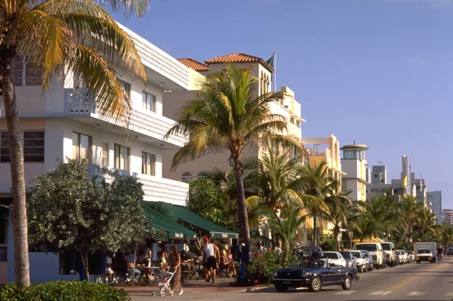 Uma das principais avenidas de Miami, a Ocean Drive concentra um grande número de bares, restaurantes e casas noturnas