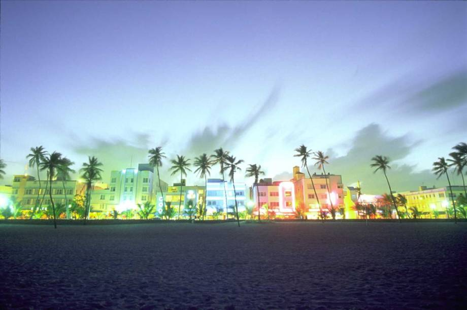 Os neons da Ocean Drive, a avenida mais badalada de Miami