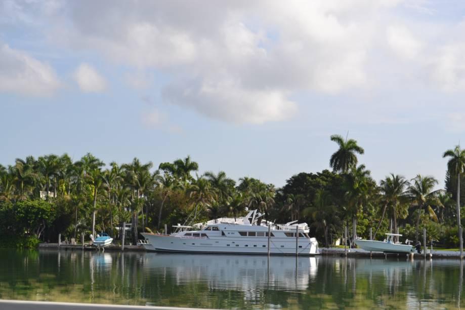 Passeios de barco saem a toda hora das baías de Miami. Por eles é possível conhecer a Millionaires Row, área onde vivem os ricos e famosos da cidade