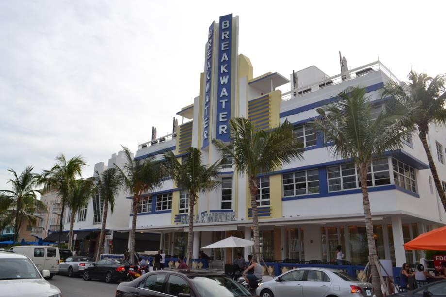 A badalada Ocean Drive abriga os principais bares, restaurantes e casas noturnas da cidade
