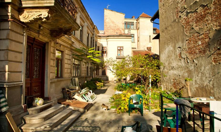 Em Bucareste, deixe-se perder pelos antigos becos repletos de histórias; na cidade - que mesmo depois de ditaduras ferozes e influências de culturas diversas, se mantém cosmopolita -, é possível sentir a essência do modo de vida romeno em cada cantinho