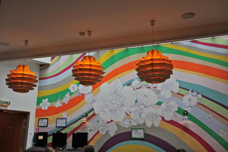 As áreas internas são moderninhas e coloridas