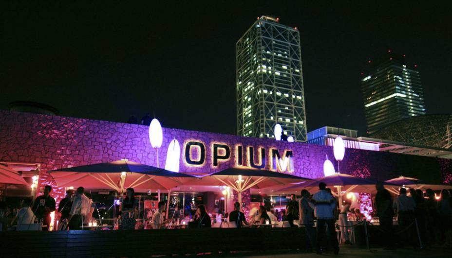 """Há quem diga que essa são as baladas mais """"coxinhas"""" de Barcelona, talvez seja pela música predominantemente eletrônica, talvez pelo dress code mais elegante que alguma delas, como a """"Opium"""", exigem. É lá pela meia-noite que a orla de Barceloneta é tomada por grupinhos bem vestidos que buscam a Opium, Pacha, Shôko e outras."""