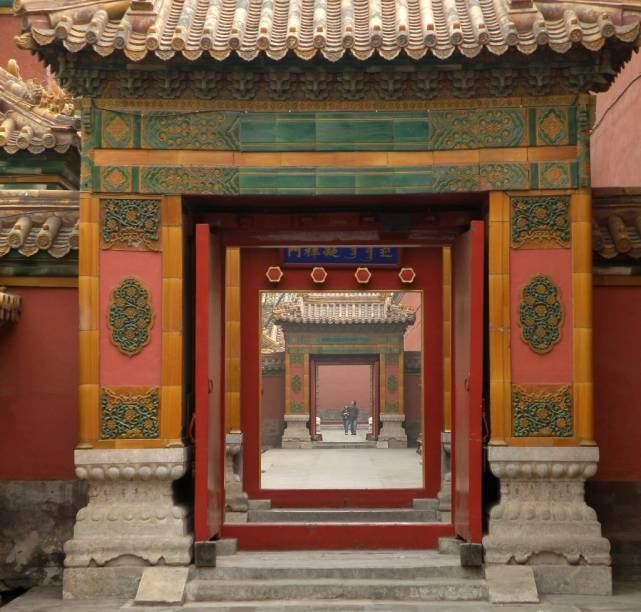 A Cidade Proibida é uma das melhores atrações não só de Pequim, mas de toda a China, com edifícios importantes, como o Hall da Suprema Harmonia, museus e inúmeras portas que escondem pátios e jardins ricamente decorados que um dia serviram a grande corte imperial