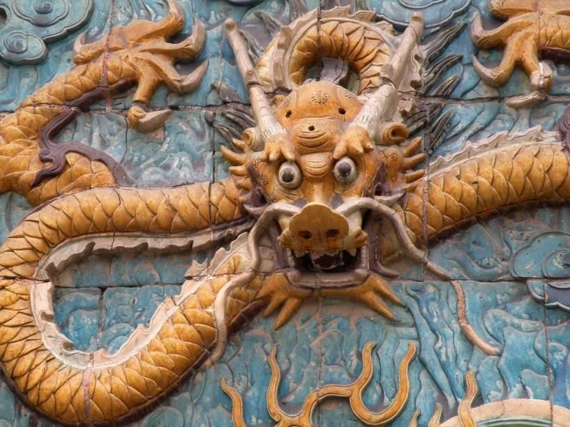 Detalhe do Painel dos Nove Dragões, na Cidade Proibida. O dragão traz um forte simbolismo nos países do oriente e é frequentemente ligado aos imperadores da China