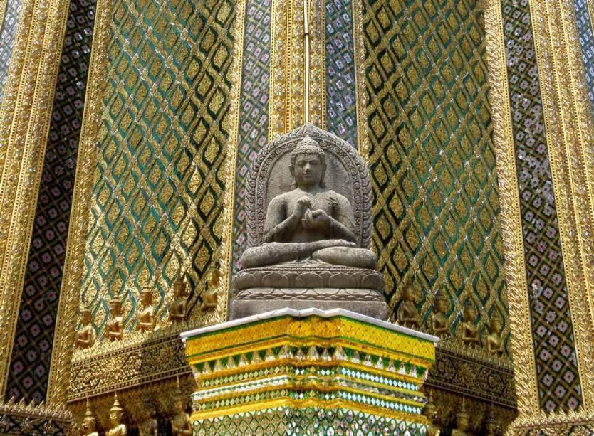 Dentre os múltiplos edifícios do Wat Phra Kheo encontra-se o Phra Mondop, a ricamente adornada biblioteca de Rama I