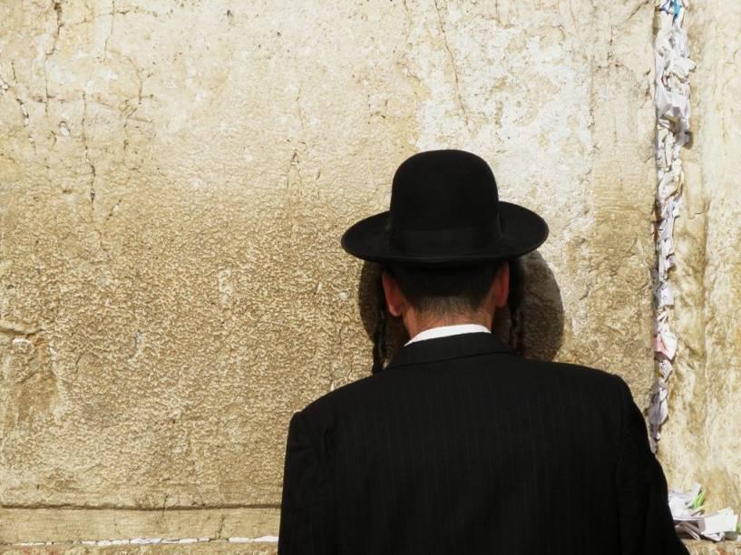O Muro Ocidental é o lugar mais sagrado para os judeus, única parte sobrevivente do Segundo Templo, destruído pelos romanos