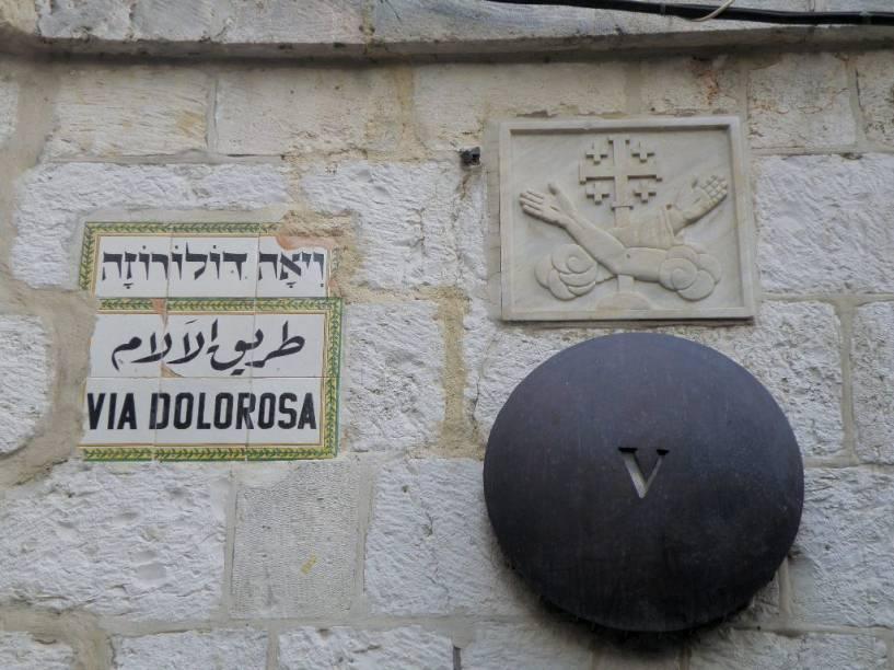 A Via Dolorosa repete os últimos passos de Jesus e a cruz na Cidade Velha de Jerusalém
