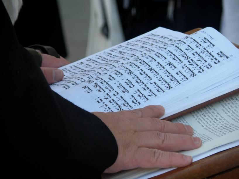 Oração Junto ao Muro Ocidental, em Jerusalém