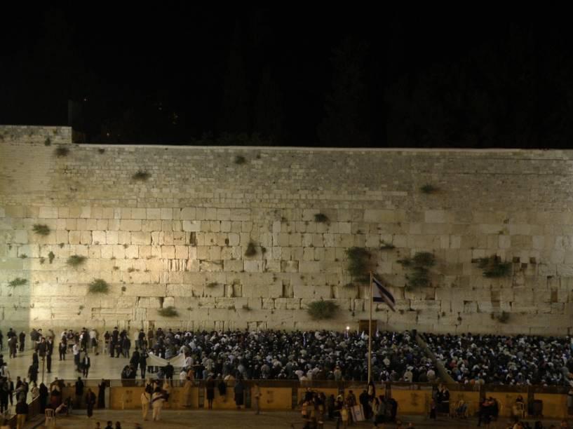 O Muro das Lamentações, também conhecido como Muro Ocidental, é o único resquício do Segundo Templo e lugar mais sagrado para os judeus
