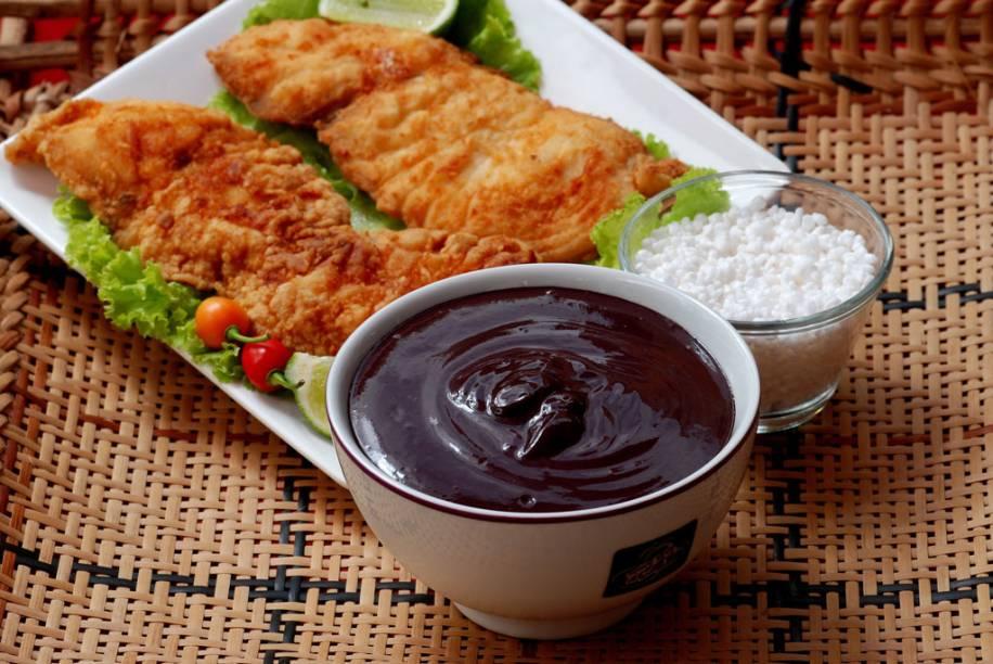 Aqui, o açaí não é necessariamente adoçado, na receita tradicional o caldo é engrossado com farinha de tapioca e servido com peixes, camarão e carnes em Belém (PA)