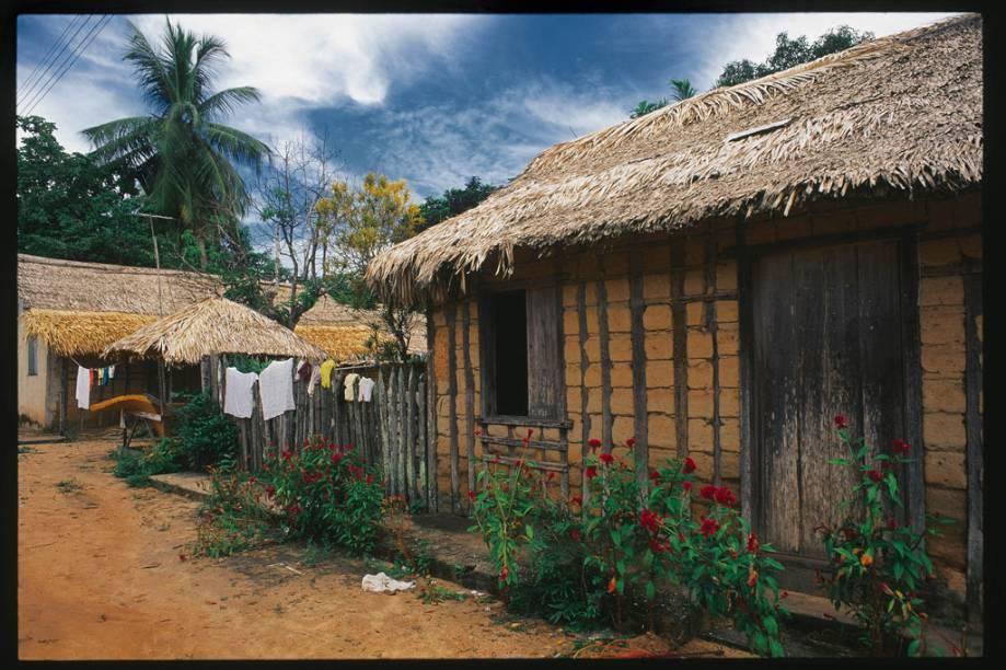 Casa de pau-a-pique com teto de sapé em Alter do Chão (PA); a maior parte da vila é habitada por pescadores