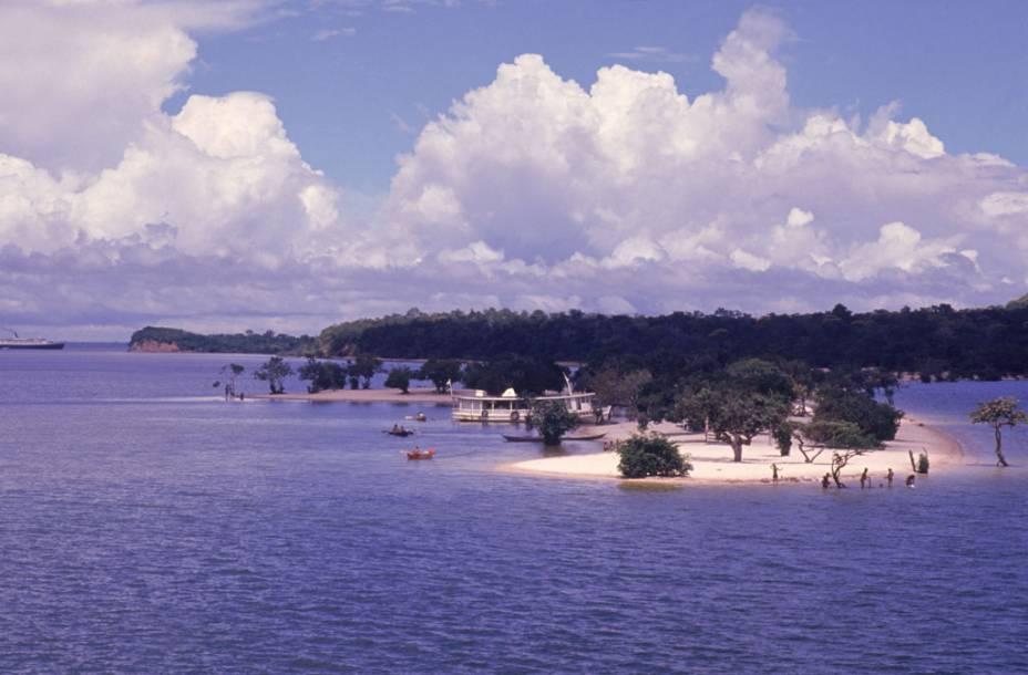 Na margem do rio Tapajós, Alter do Chão (PA) tem uma orla de areia branca banhada por águas cristalinas