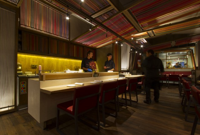 O balcão onde são confeccionado os sushis (foto de divulgação)