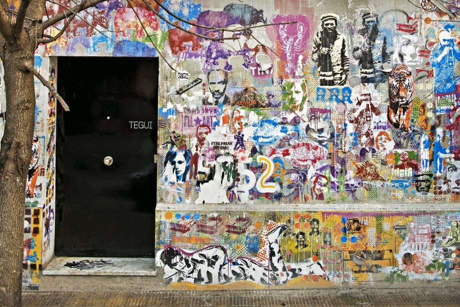 As vielas antigas do bairro Palermo, em Buenos Aires, são conhecidas por suas paredes coloridas, decoradas com arte de rua.