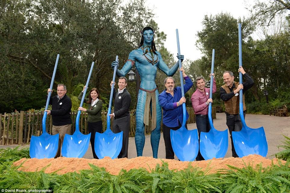O planeta Pandora está em construção; na foto, os figurões da Disney posam no canteiro de obras da área inspirada no filme de James Cameron