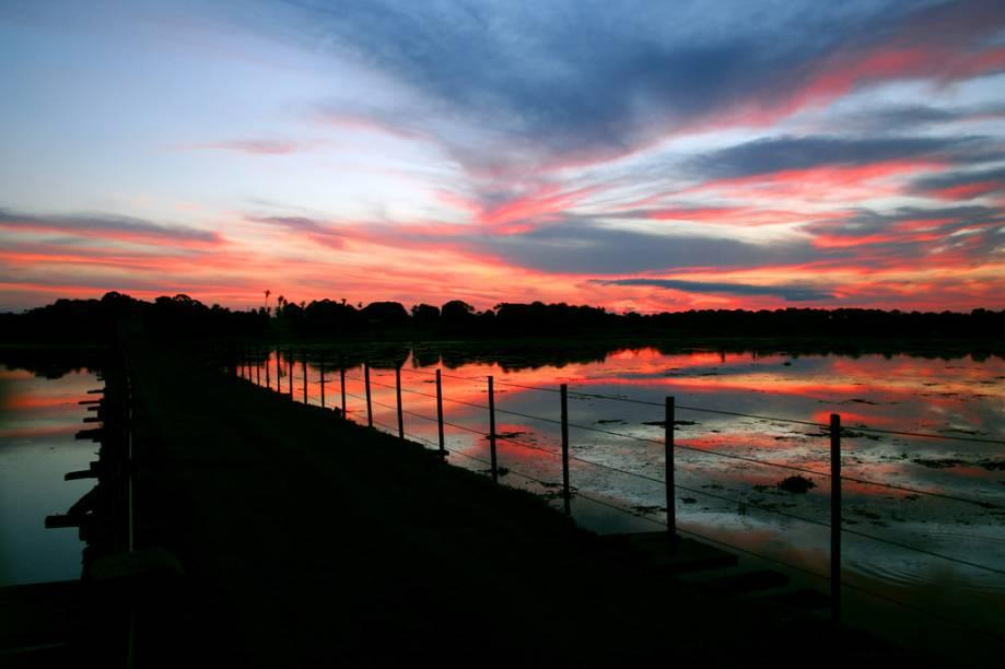 Pôr do sol no Refúgio Ecológico Caiman, em Miranda (MS)