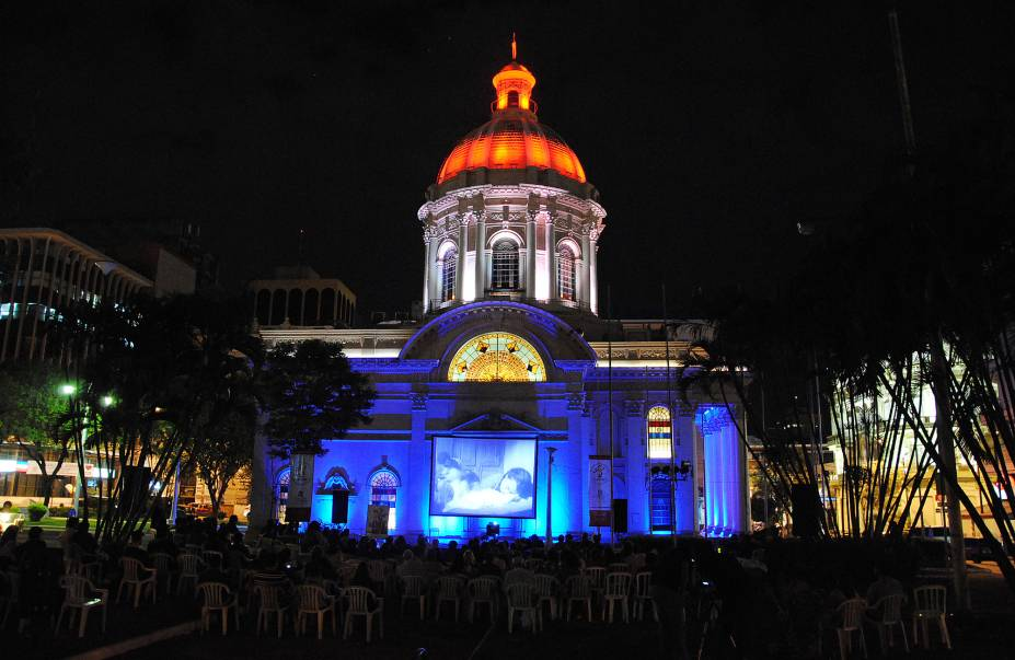 Sessão de cinema ao ar livre no Panteão Nacional dos Heróis