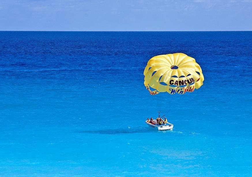 O parasail é um passeio bem comum em Cancún. Cheque se as operadoras possuem seguro e são cadastradas junto às autoridades