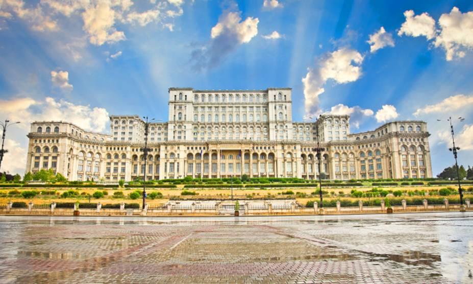 O Palácio do Parlamento de Bucareste, na Romênia, é o segundo maior edifício do planeta - só perde para o Pentágono, nos Estados Unidos. É possível visitar o prédio, desde que se faça uma reserva com antecedência (para agendar, ligue para +40 21 311 3611). Também é preciso levar o passaporte para entrar - afinal, o lugar ainda abriga o parlamento romeno e tem segurança reforçada