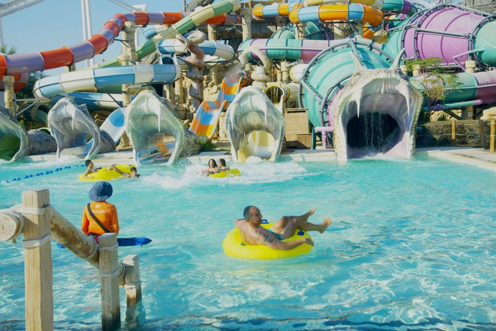O parque aquático Yas Waterworld: brincadeira fácil para adultos (como pode-se ver, tatuados são bem-vindos, assim como meninas ocidentais de biquini!)