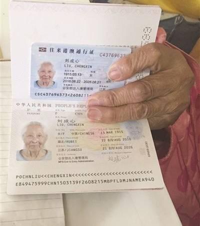Detalhe do passaporte de Liu, com o documento que libera sua ida à Hong Kong e Macau