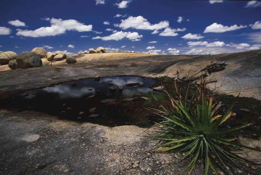 Inscrições rupestres e trilhas que passam por formações rochosas curiosas são as atrações do Lajeado do Pai Mateus, em Cabaceiras (PB)