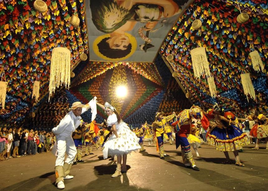 Quadrilha Tradição da Serra se apresentando na Pirâmide do Parque do Povo durante a festa de São João, em Campina Grande (PB)