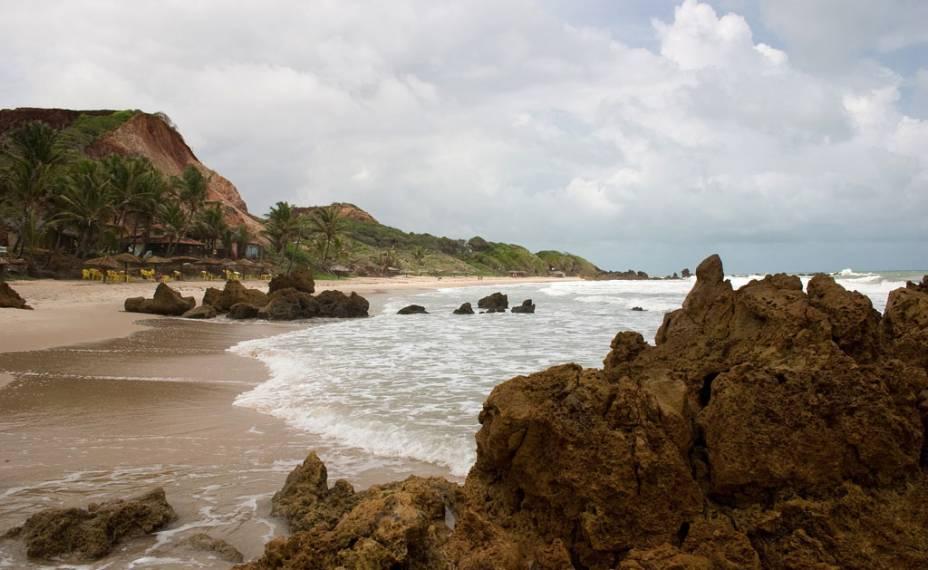 A praia Tambaba, Conde (PB), ficou famosa após se tornar a primeira praia oficial de nudismo do Nordeste