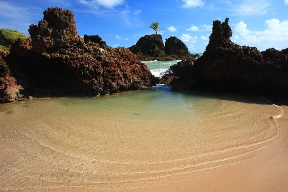 A Praia Tambaba, em João Pessoa (PB), não chama a atenção apenas por ser o ponto de encontro de nudistas. Cercada de falésias, vegetação de restinga e coqueiros é uma das mais belas da região