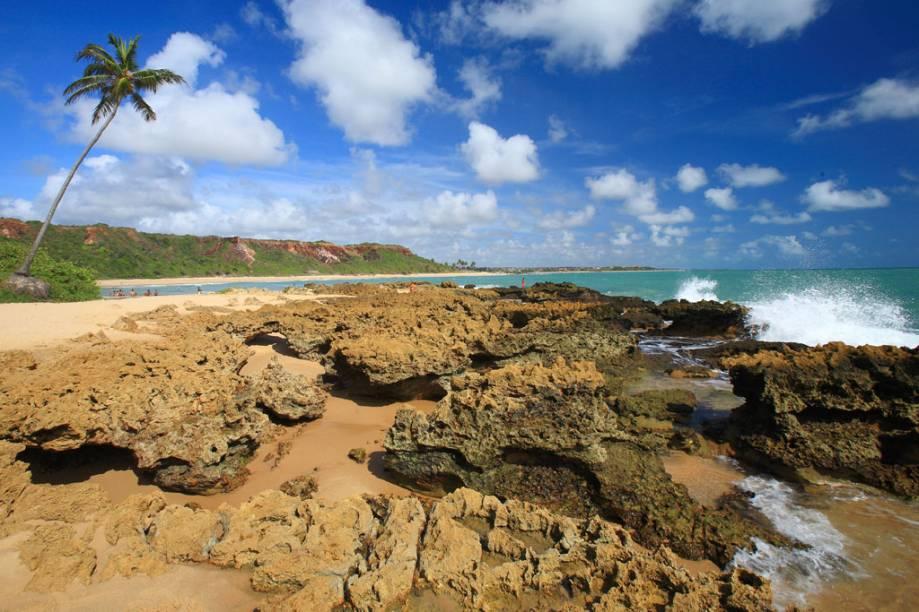 A Praia do Coqueirinho em Conde (PB) fica na enseada com coqueiros, rochas e fontes