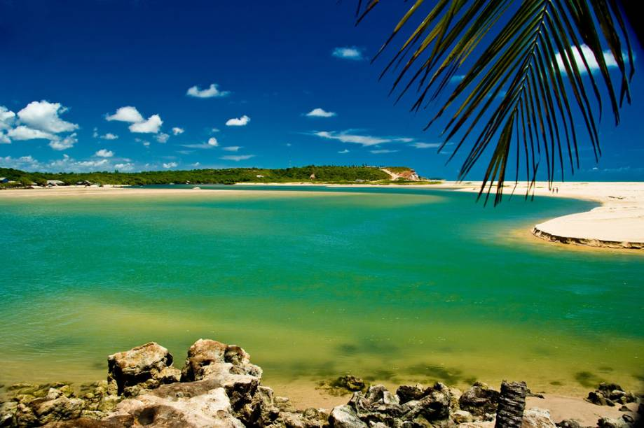 O Rio Gramame deágua na praia da Barra de Gramame, que tem areia branca, falésias e uma boa estrutura turística