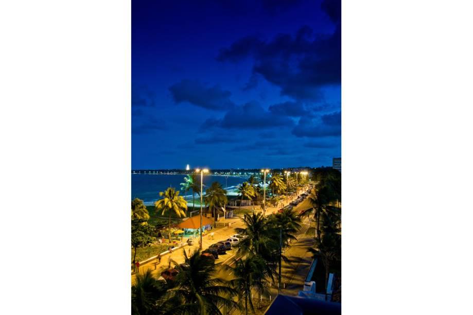 Primeira praia da orla urbana de João Pessoa (PB), a praia de Cabo Branco tem toda extenção de areia branquinha, mar calmo e coqueiros