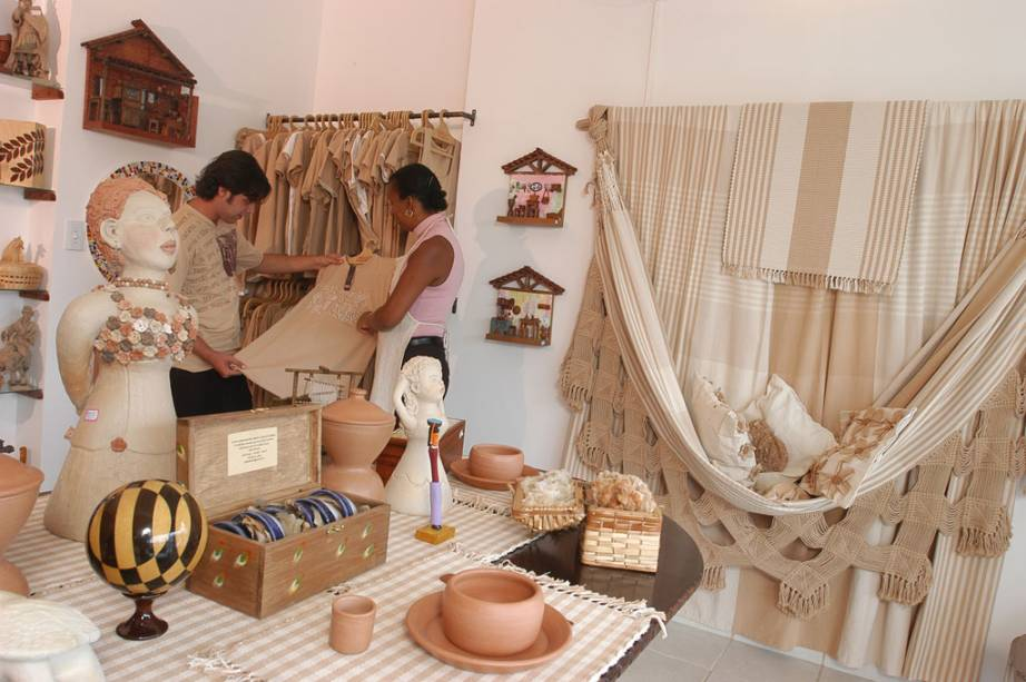 Peças de cerâmica, madeira rendas, roupas de algodão colorido e cachaças dominam boa parte do Mercado de Artesanato Paraibano (MAP) em João Pessoa (PB). A foto mostra a loja Algodão de Cor instalada no MAP