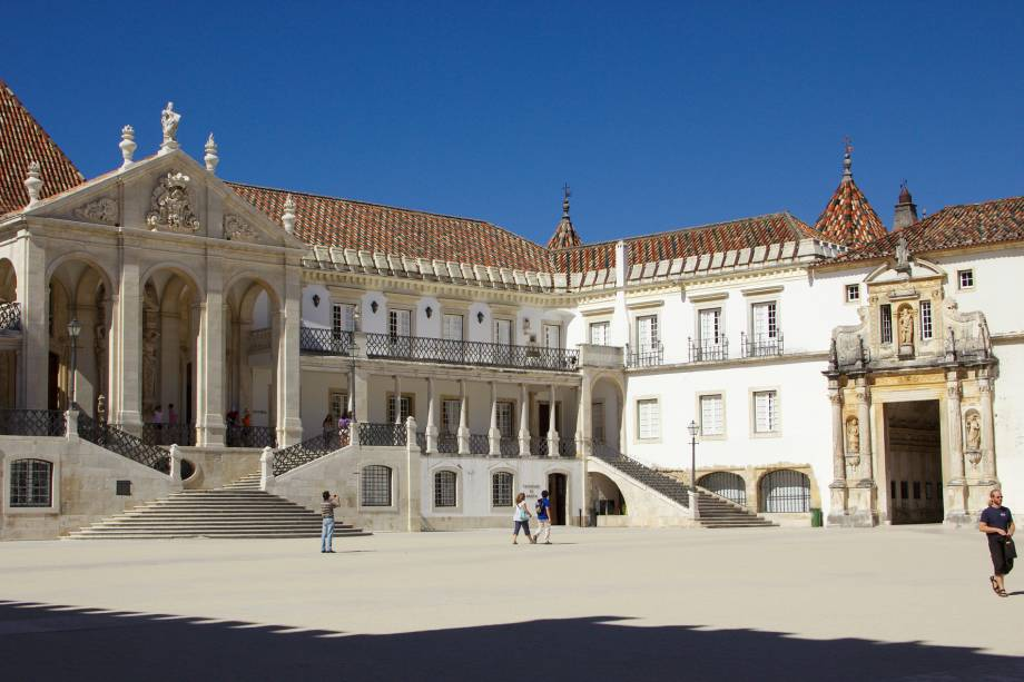 """Não subestime Coimbra pensando que se trata apenas de uma cidade universitária com uma das faculdades mais antigas do mundo. Se a monumentalidade de construções do século 13 não te surpreende (pois deveria), os ares jovens da cidade, que já foi capital de Portugal, vão te convencer.<em><a href=""""https://www.booking.com/searchresults.pt-br.html?aid=332455&sid=605c56653290b80351df808102ac423d&sb=1&src=index&src_elem=sb&error_url=https%3A%2F%2Fwww.booking.com%2Findex.pt-br.html%3Faid%3D332455%3Bsid%3D605c56653290b80351df808102ac423d%3Bsb_price_type%3Dtotal%26%3B&ss=Coimbra%2C+Regi%C3%A3o+do+Centro%2C+Portugal&checkin_monthday=&checkin_month=&checkin_year=&checkout_monthday=&checkout_month=&checkout_year=&no_rooms=1&group_adults=2&group_children=0&b_h4u_keep_filters=&from_sf=1&ss_raw=Coimbra&ac_position=0&ac_langcode=xb&dest_id=-2163275&dest_type=city&place_id_lat=40.21098&place_id_lon=-8.42921&search_pageview_id=b6e97cc4374c0398&search_selected=true&search_pageview_id=b6e97cc4374c0398&ac_suggestion_list_length=5&ac_suggestion_theme_list_length=0"""" target=""""_blank"""" rel=""""noopener"""">Busque hospedagens em Coimbra</a></em>"""
