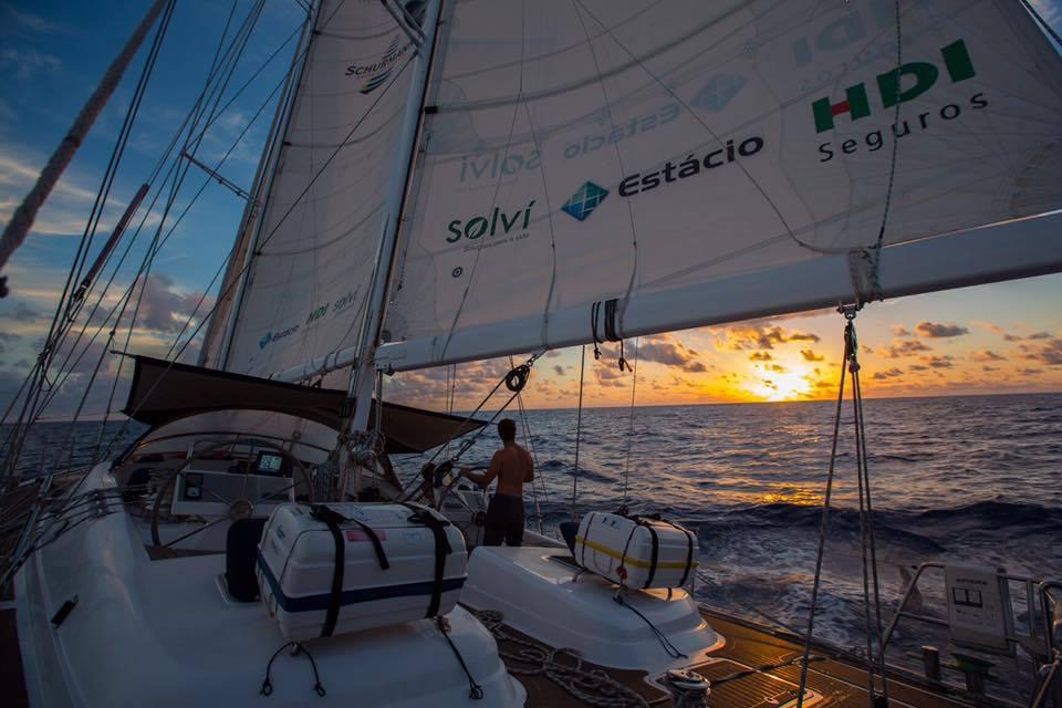 O pôr do sol, cruzando o Oceano Índico.