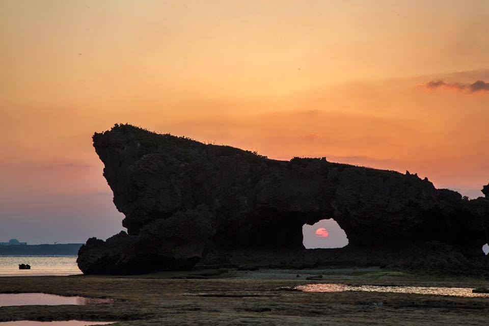 Pôr do sol em Okinawa, no Japão.