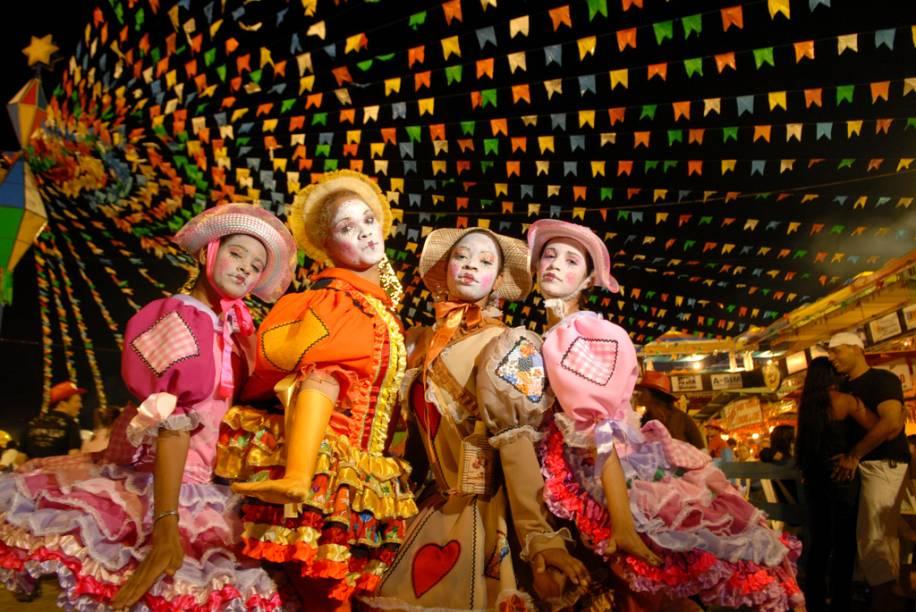 Amanda de Souza, Livia Pacheco, Geiza Maria e Maria Graziela, passeando pelo Pátio do Forró, antes da apresentação da quadrilha Mastruz com Leite, na Festa de São João em Caruaru (PE)