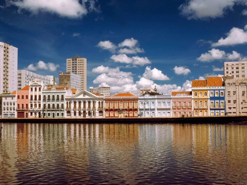 Às margens do Rio Capibaribe, a Rua da Aurora é composta por coloridos sobrados do século 19 em Recife (PE)
