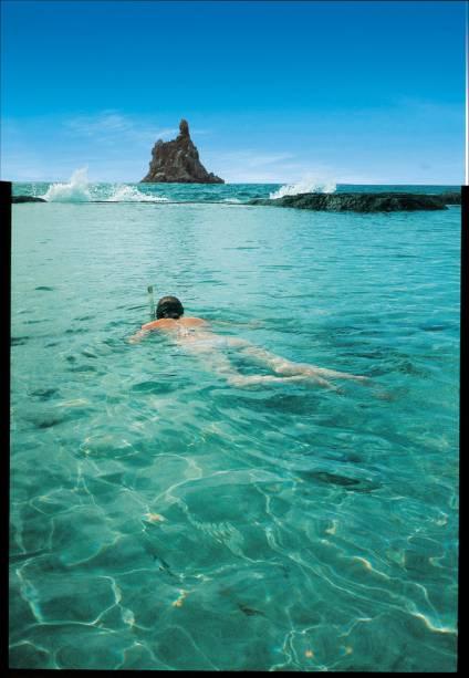 Protegida por recifes, a praia forma uma piscina natural na maré baixa e é um dos principais berçários marinhos de Fernando de Noronha (PE)