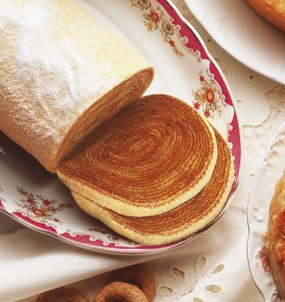 Quem vai à Recife (PE) não pode deixar de experimentar o delicioso bolo de rolo. O mais famoso da cidade é o da Casa dos Frios, que vende o rocambole de camadas finíssimas com o clássico recheio de goiabada, ou de chocolate, doce de leite e, sob encomenda, nozes, ameixa e maracujá