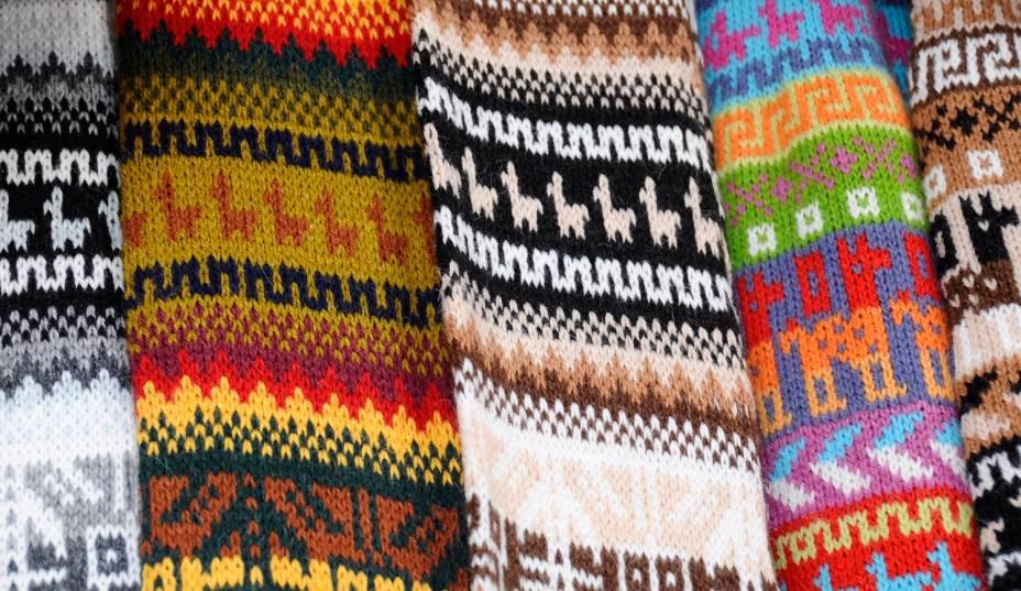 Malhas de lã, no Peru. As peças coloridas são uma das marcas registradas do país