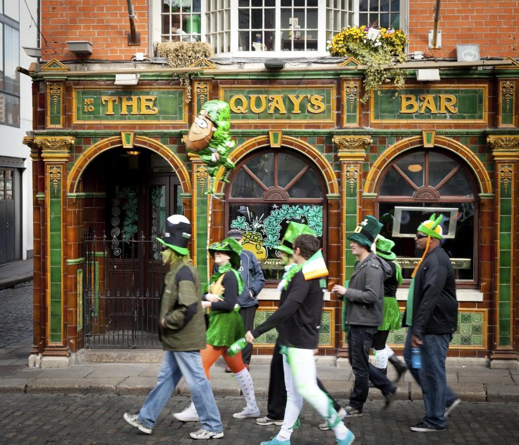Pessoas fantasias caminhando em direção à parada de St. Patrick's, em Dublin (foto: iStock)
