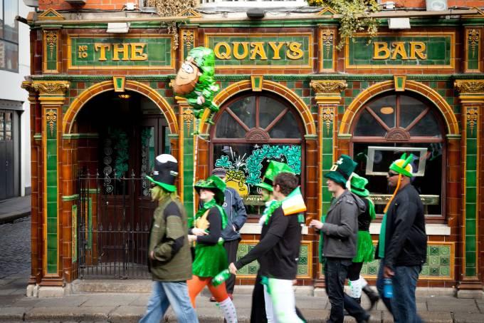 Pessoas fantasias no caminho para a parada de St. Patrick's, em Dublin