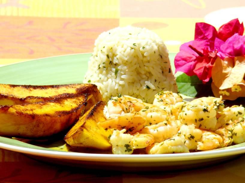 Batata, arroz e camarão, prato servido no restaurante Beijupirá