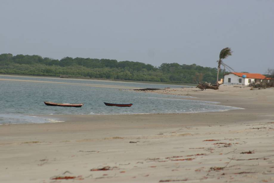 """<a href=""""http://viajeaqui.abril.com.br/estabelecimentos/br-pi-luis-correia-atracao-praia-macapa"""" rel=""""Praia de Macapá"""" target=""""_blank"""">Praia de Macapá</a> e foz do Rio Camurupim ao fundo em <a href=""""http://viajeaqui.abril.com.br/cidades/br-pi-luis-correia"""" rel=""""Luís Correia"""" target=""""_blank"""">Luís Correia</a>, Piauí"""