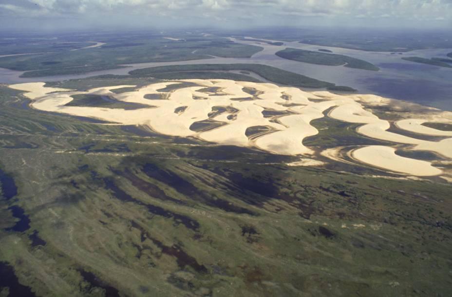 """Vista aérea do <a href=""""http://viajeaqui.abril.com.br/estabelecimentos/br-pi-parnaiba-atracao-passeio-de-barco-pelo-delta-do-rio-parnaiba"""" rel=""""Delta do Rio Parnaíba"""" target=""""_blank"""">Delta do Rio Parnaíba</a> no estado de Piauí"""